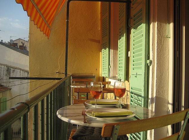 Balkongen är ca 6 meter lång. En eldriven markis går att fälla ut som skydd mot solen.