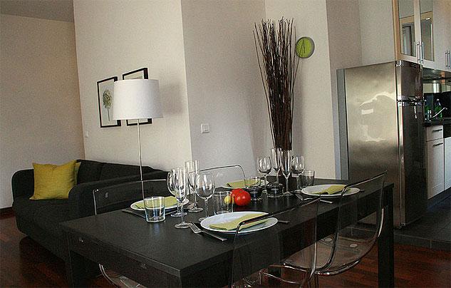 Matbordet går att göra större och har plats för 8 personer.