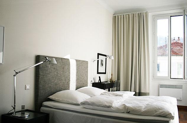 Morgonsol i sovrummet mot gatan.
