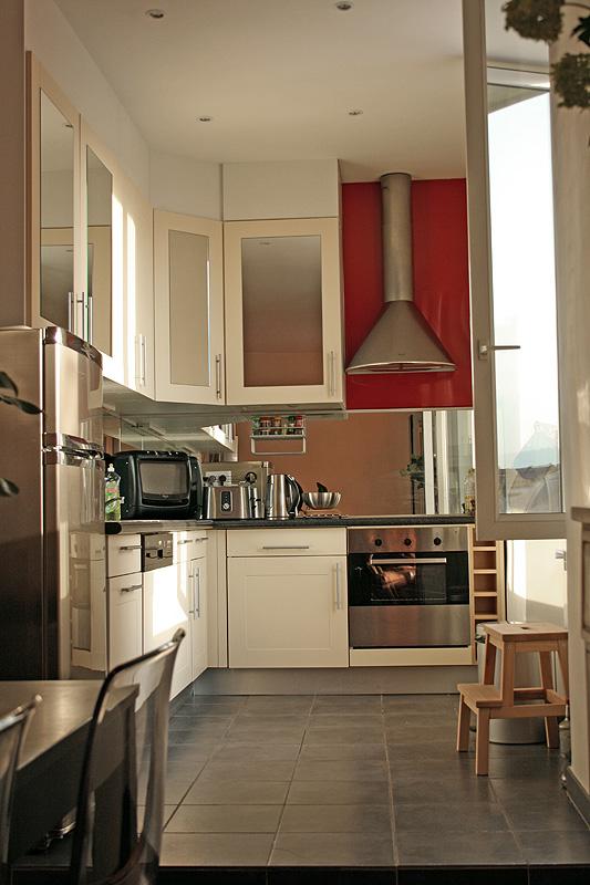 Fullt utrustat kök med diskmaskin, tvättmaskin, ugn, induktionshäll och mikrovågsugn.